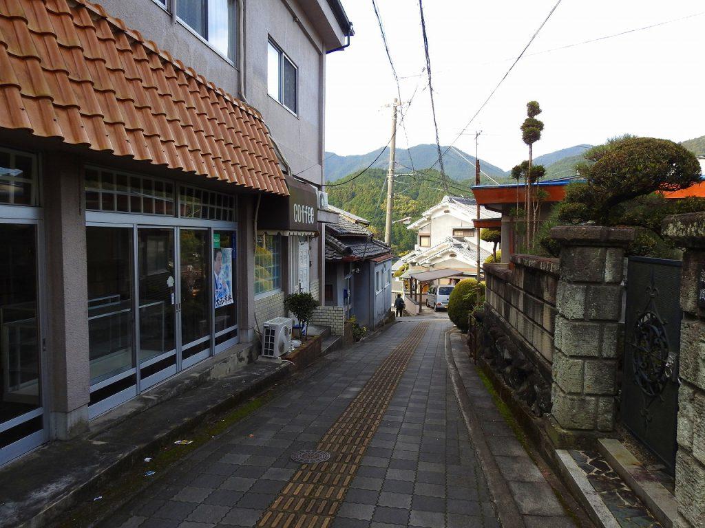 長谷寺駅前の門をくぐり階段を降りた道