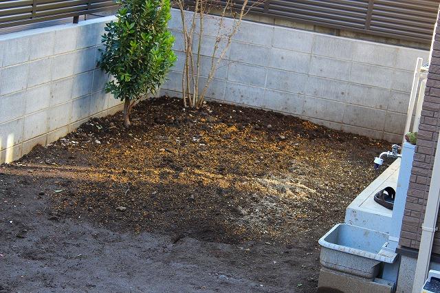 庭の土に、川砂と鹿沼土を混ぜる